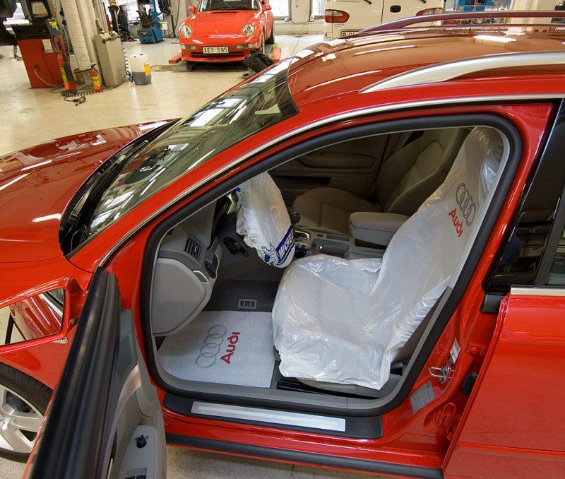 närbild på bil med skydd över sätet