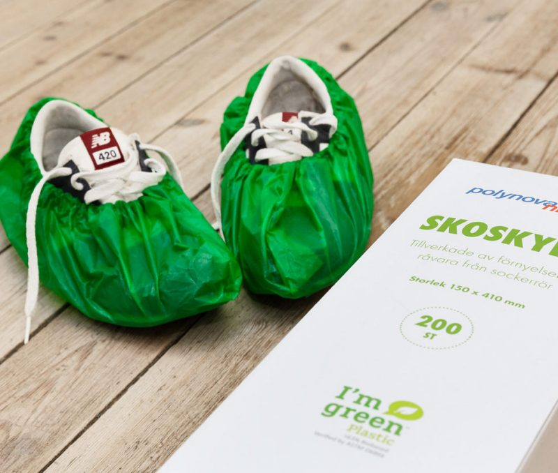 vita sneakers med gröna skoskydd